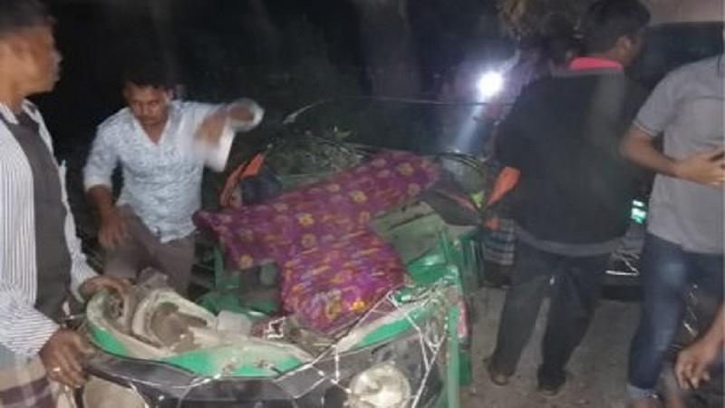 Pickup-auto-rickshaw clash in Laksmipur