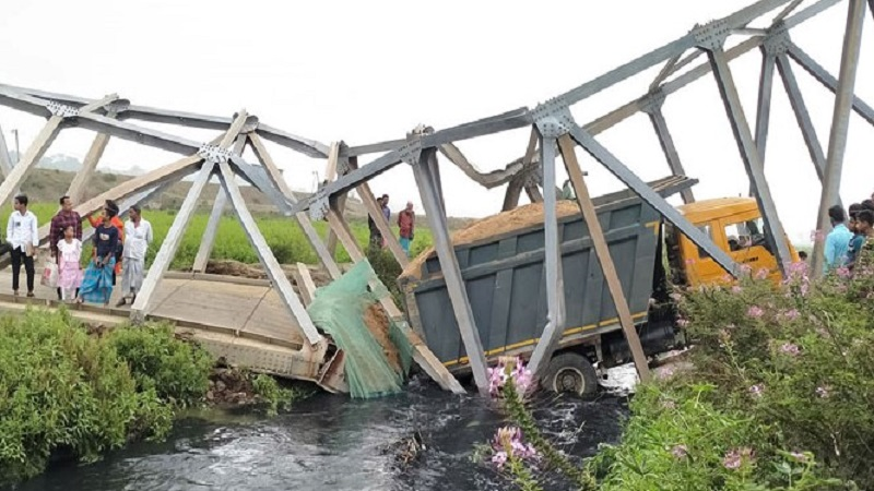 Trucks fall in the river breaking the bridge; Communication stopped