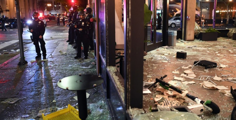 Attack on ATM booth-shopping mall in Los Angeles, massive looting
